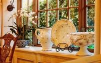 Интерьер помещения и декоративная посуда